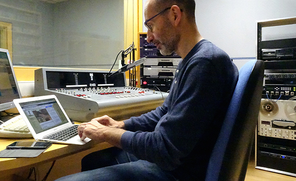 Francesc a la cabina de Radio del Bisbat 2